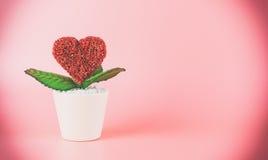 Pot rouge de coeur de valentines sur le rose Image libre de droits