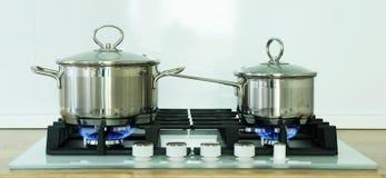 Pot sur la cuisinière à gaz dans la cuisine Photos stock