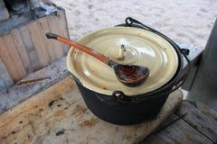 Pot sur la table avec la nourriture Image libre de droits