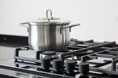 Pot sur une cuisinière à gaz Photographie stock