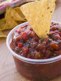 Pot van de Onderdompeling van Salsa van de Tomaat en van de Koriander Royalty-vrije Stock Afbeeldingen