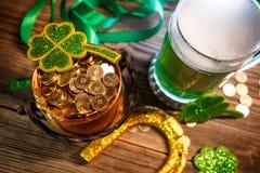 Pot van gouden, groene bier en klavers Stock Afbeeldingen