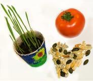 Pot van het hart de groene spruiten van zadennoten Stock Foto's