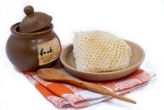 Pot van honing en honingraat Stock Afbeelding