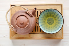 Pot van thee op een houten plaat Stock Afbeelding