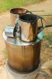 Pot van warm waterboiler op hout van brandstof voorzien fornuis met koffiefilter royalty-vrije stock foto's