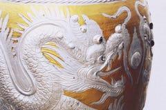 Pot vitré de l'eau avec le modèle argenté de dragon images stock