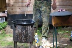 Pot voor het koken op de straat Stock Afbeelding