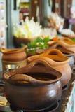 Pot voor voedsel, dat van aardewerk wordt gemaakt stock afbeelding