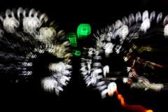 Potabile conduca l'automobile con la luce della strada principale, il fondo vago, abstrac della sfuocatura fotografie stock