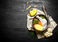 Potage au poulet avec des pommes de terre, des carottes et des épices Image libre de droits
