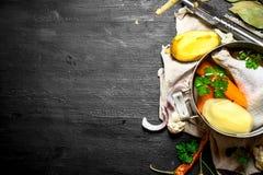 Potage au poulet avec des pommes de terre, des carottes et des épices Photos libres de droits