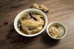 Potage au poulet avec le fond en bois photographie stock