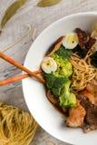 Potage aux légumes avec de la viande, des nouilles et des légumes dans un plat blanc Images libres de droits
