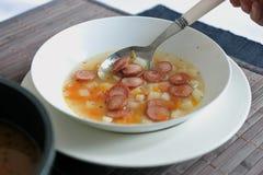 Potage aux légumes avec des saucisses de francfort Photos libres de droits