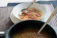 Potage aux légumes avec des saucisses de francfort Photographie stock libre de droits