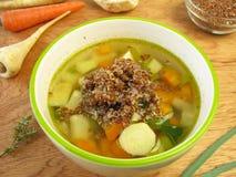 Potage aux légumes avec le quinoa rouge Photographie stock libre de droits