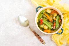 Potage aux légumes d'été images stock