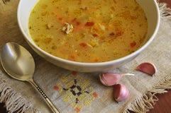 potage aux légumes dans une cuvette blanche Photo stock