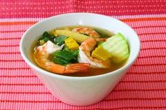 Potage aux légumes mélangé épicé thaïlandais avec la bande Liang Goong de crevettes roses image libre de droits