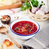 Potage aux légumes russe ukrainien traditionnel, borsch avec des butées toriques d'ail, pampushki Photo libre de droits