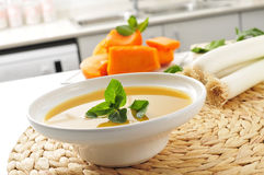 Potage aux légumes sur la partie supérieure du comptoir d'une cuisine Images stock