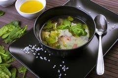 Potage aux légumes toscan avec le pesto de basilic photographie stock libre de droits