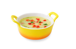 Potage aux légumes avec le poivron rouge et les herbes dans une soupière jaune Photographie stock libre de droits