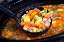 Potage aux légumes lent de cuiseur Photographie stock libre de droits