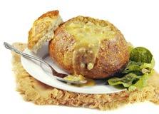 Potage crème dans un bol de pain de levain images stock