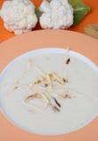 Potage crème de chou-fleur dans la plaque photographie stock