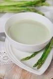 Potage d'asperge dans un bol de potage image libre de droits