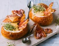 Potage dans le bol de pain photographie stock libre de droits