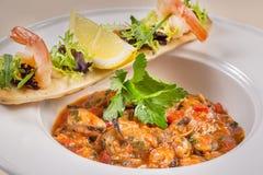Potage de fruits de mer Soupe avec des moules Pâtes avec les moules et le citron et les légumes et les verts Fermez-vous d'une cu photographie stock