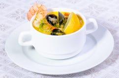 Potage de palourde, de poissons et de crevette Images stock