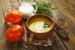 Potage de potiron avec de la crème Photos stock