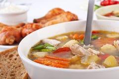 Potage de poulet et aux légumes Images stock