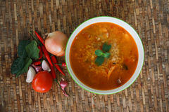Potage de Tom Yum, un potage épicé traditionnel thaï de crevette rose Photos stock