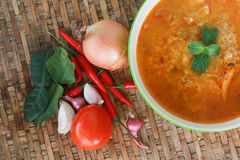 Potage de Tom Yum, un potage épicé traditionnel thaï de crevette rose Images libres de droits