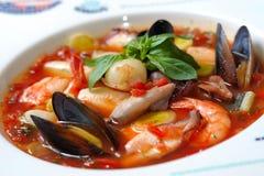 Potage de tomate avec des fruits de mer et des poissons Images stock
