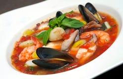 Potage de tomate avec des fruits de mer et des poissons Photo stock