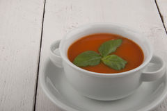 Potage de tomate avec le basilic Photographie stock