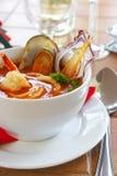 Potage savoureux sur une table au restaurant Photographie stock libre de droits