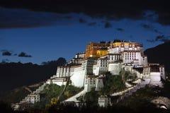 Potala宫殿在晚上 免版税库存照片