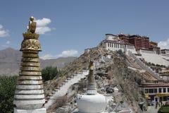 Potala con le tombe di stupa Fotografia Stock Libera da Diritti