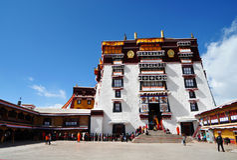 Potala Palace with Pilgrims Royalty Free Stock Photos