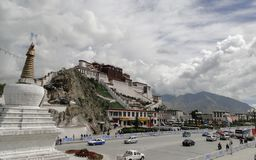 Potala slott i Lhasa, Tibet region Fotografering för Bildbyråer
