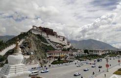 Potala slott i Lhasa, Tibet region Arkivfoto