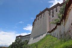 Potala slott i Tibet osedda sikter Royaltyfri Bild