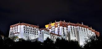Potala slott på natten Royaltyfri Foto